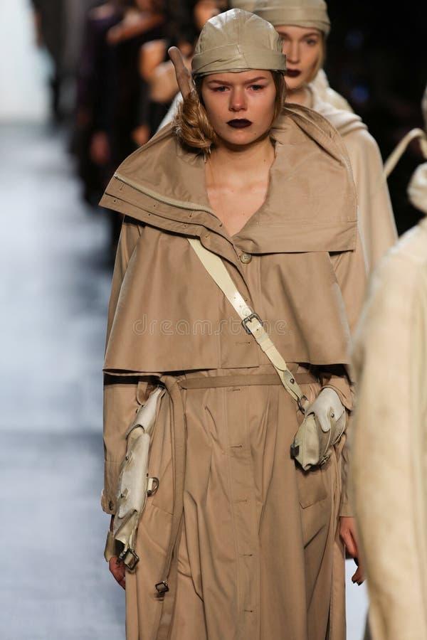 Caminhada dos modelos o final da pista de decolagem durante o desfile de moda de Nicholas K imagens de stock royalty free
