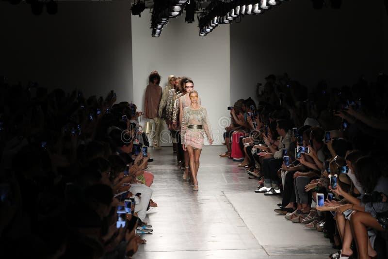 Caminhada dos modelos o final da pista de decolagem no desfile de moda de Custo Barcelona foto de stock royalty free
