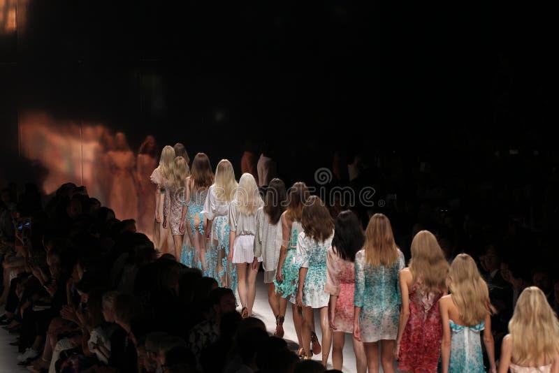 Caminhada dos modelos a pista de decolagem durante a mostra de Blumarine como uma parte de Milan Fashion Week imagens de stock
