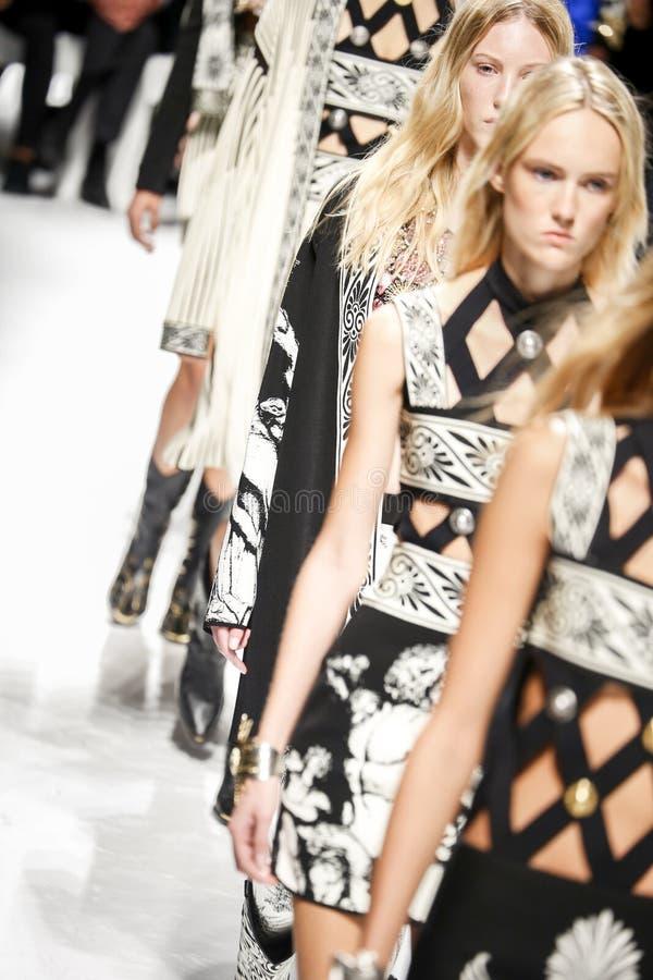 Caminhada dos modelos a pista de decolagem durante o desfile de moda de Fausto Puglisi imagem de stock royalty free