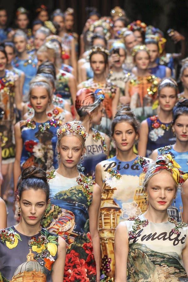 A caminhada dos modelos a pista de decolagem durante o Dolce e Gabbana mostra fotografia de stock royalty free