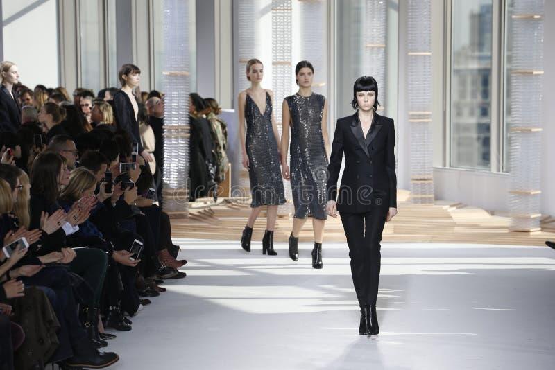Caminhada dos modelos a pista de decolagem no desfile de moda das mulheres do chefe durante Mercedes-Benz Fashion Week Fall 2015 imagem de stock royalty free