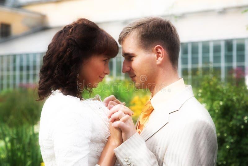 A caminhada dos newlyweds imagens de stock royalty free