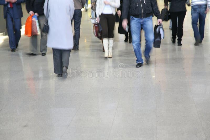 Caminhada dos pedestres na rua imagens de stock royalty free