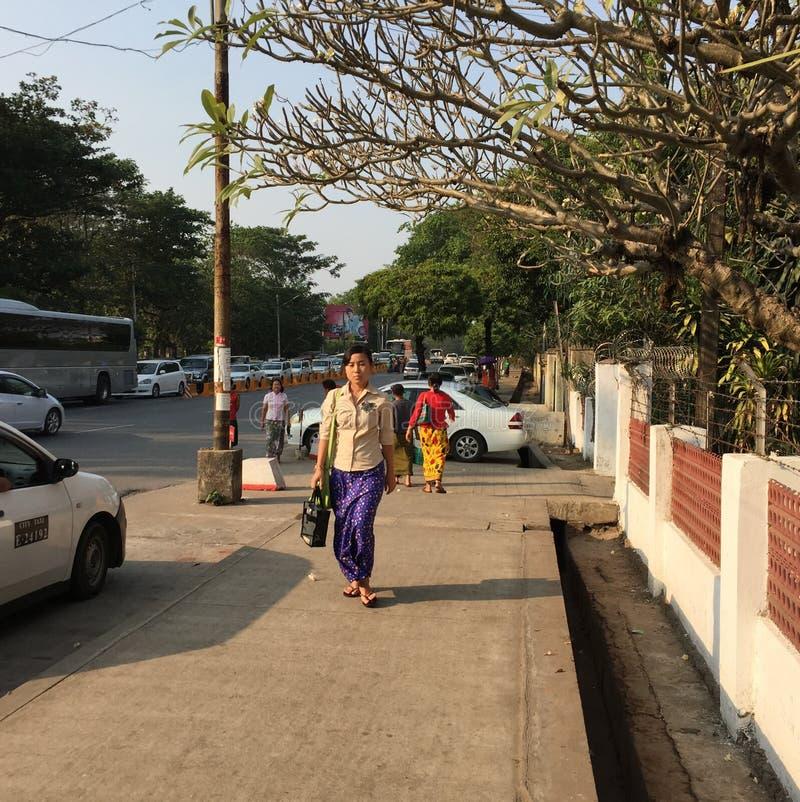 Caminhada dos povos na rua em Yangon foto de stock