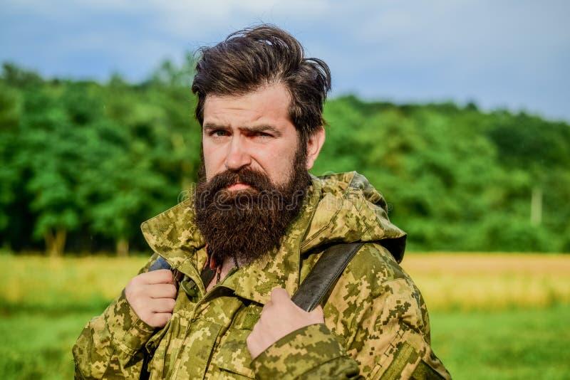 Caminhada e curso. Fim de semana de lazer e férias. Caminhando de homem barbudo. Hiker pronto para aventuras. Homem farpado fotos de stock