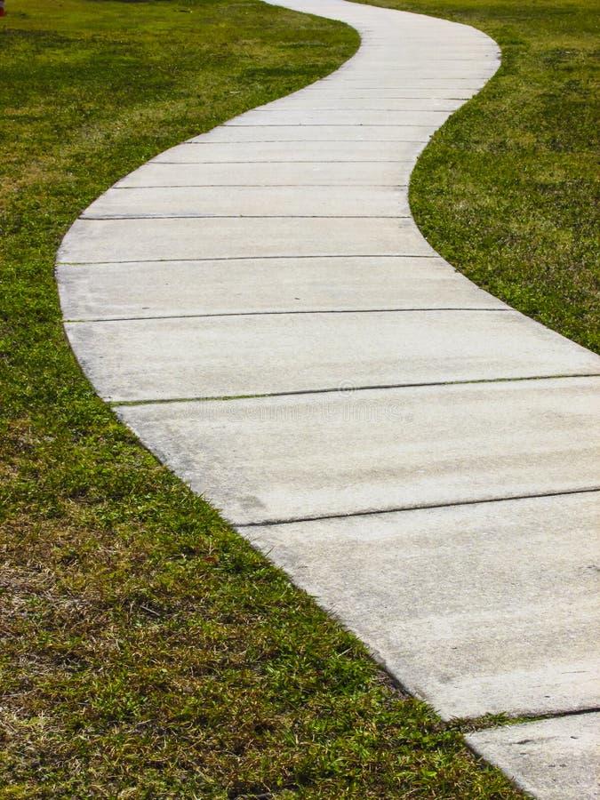 Caminhada e grama concretas curvadas fotos de stock royalty free