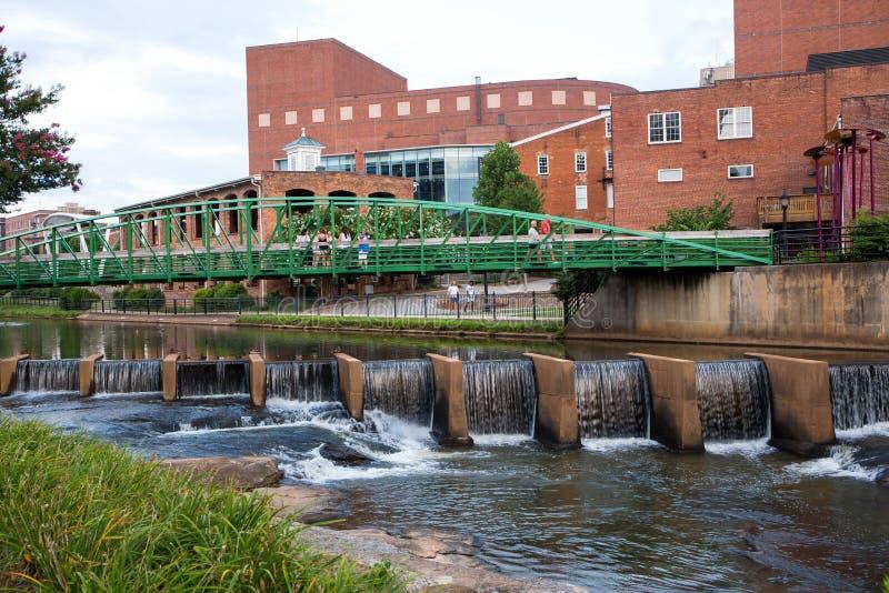 Caminhada e Reedy River do rio em Greenville do centro, South Carolina foto de stock royalty free