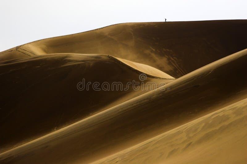 Caminhada em dunas de areia fotografia de stock royalty free