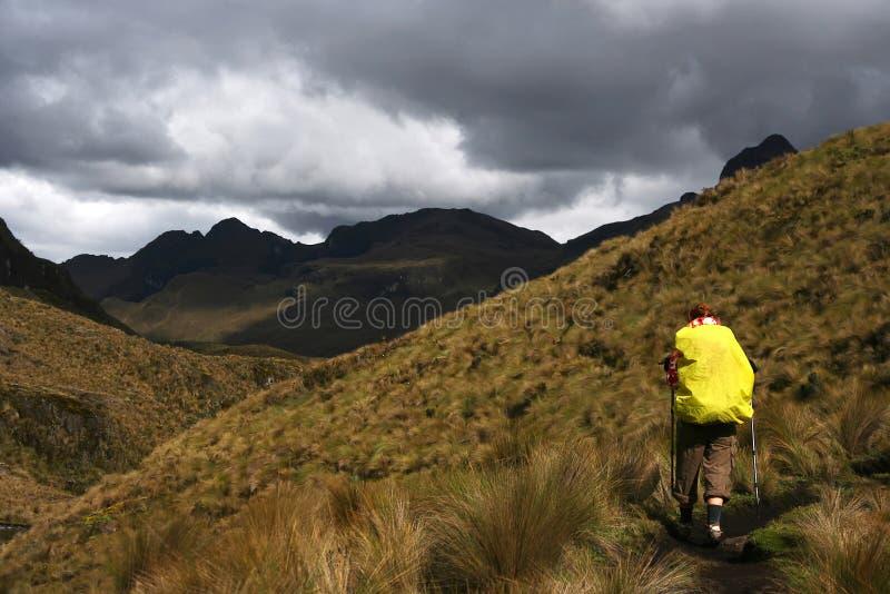 Caminhada em montanhas fotografia de stock