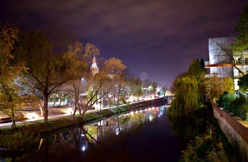 Caminhada em torno da cidade na noite fotografia de stock
