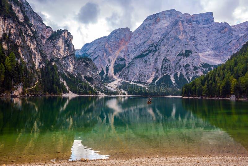 Caminhada em torno do lago Lago di Braies fotos de stock royalty free