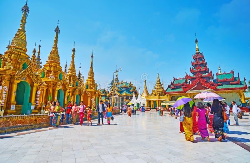 A caminhada em torno do pagode de Shwedagon, Yangon, Myanmar fotos de stock royalty free