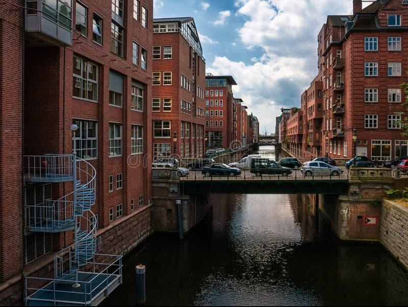 Caminhada em torno dos quartos e dos canais novos de Hamburgo Arquitetura moderna de Alemanha imagem de stock