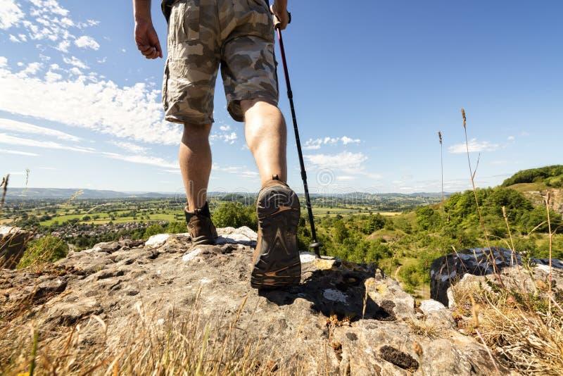 Caminhada em uma fuga de montanha imagens de stock royalty free