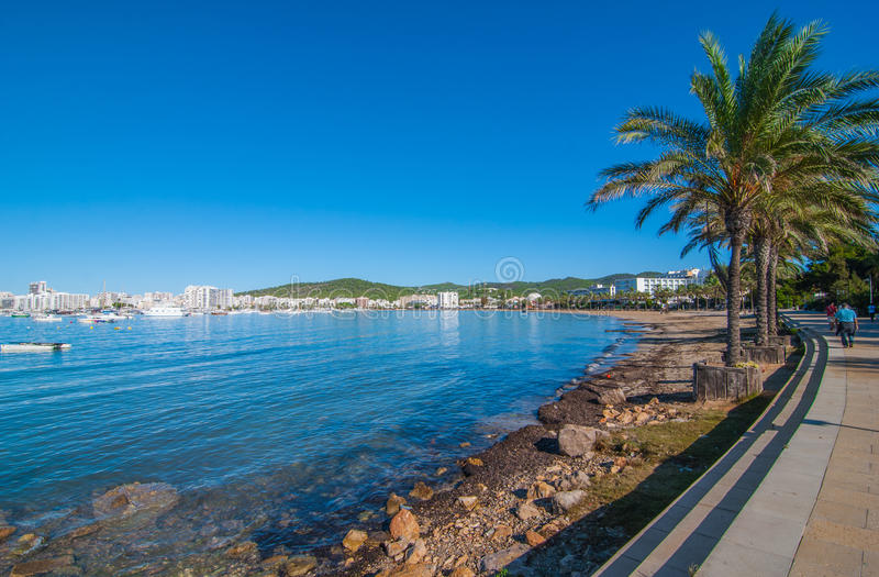 Caminhada ensolarada da manhã meados de ao longo da margem de Ibiza Dia morno na praia em St Antoni de Portmany Balearic Islands, fotos de stock
