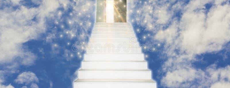 Caminhada espiritual ao céu com as escadas que conduzem em linha reta na porta fotos de stock