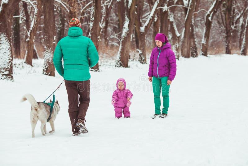 Caminhada feliz do inverno da família fotos de stock royalty free