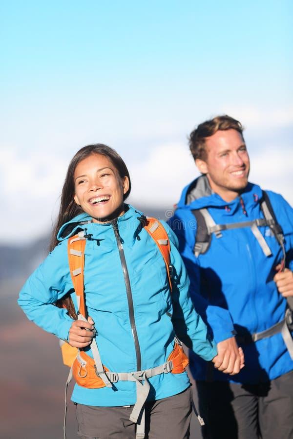 Caminhada inter-racial feliz dos pares imagem de stock royalty free