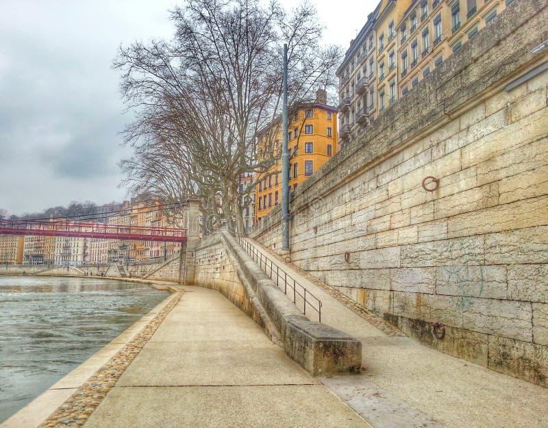 A caminhada lateral do rio Saone cidade velha de Lyon, Lyon, França imagens de stock