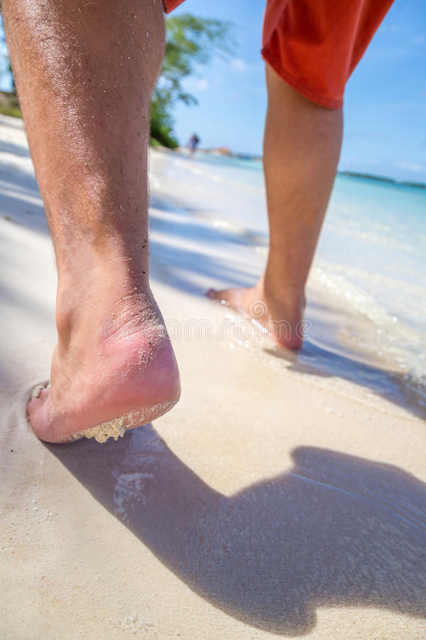 Caminhada longa na praia fotografia de stock