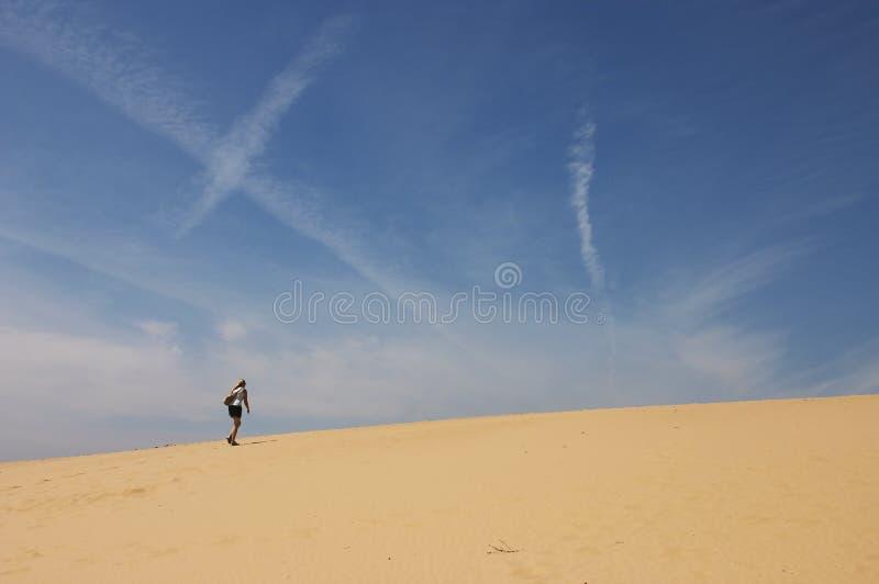 Caminhada longa no deserto fotografia de stock royalty free