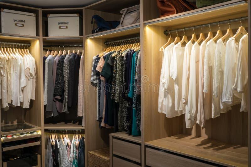 Caminhada luxuosa no armário/vestuario com iluminação imagens de stock royalty free