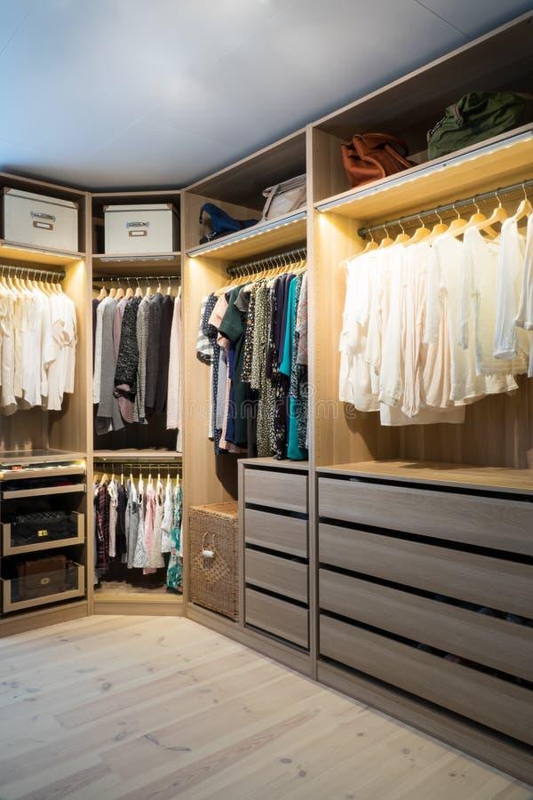 Caminhada luxuosa no armário/vestuario com iluminação fotos de stock royalty free