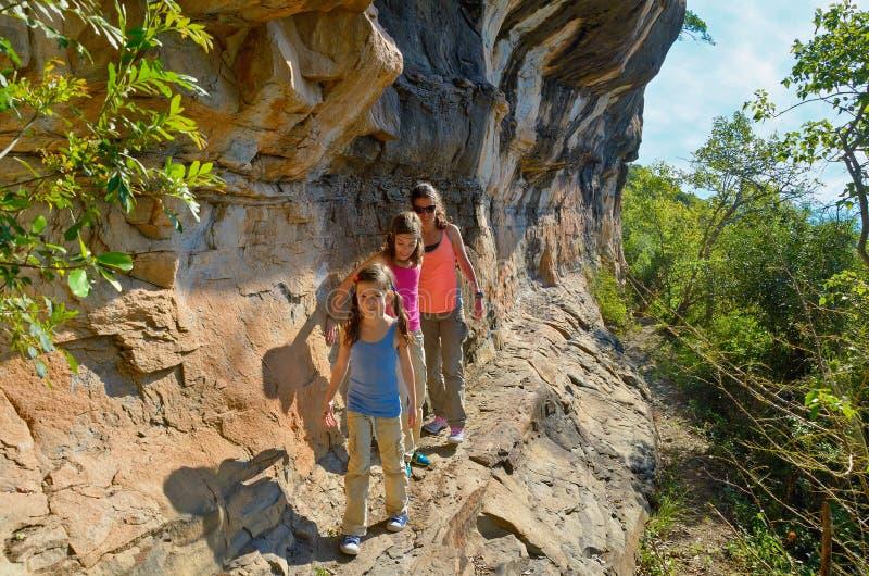 Caminhada, mãe e crianças da família nas montanhas imagens de stock royalty free