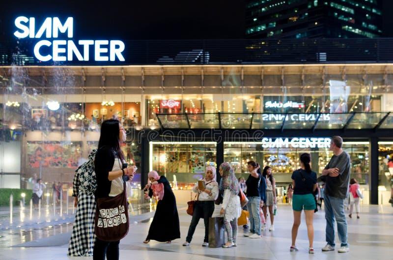 Caminhada não identificada dos povos no shopping de Siam Center imagens de stock royalty free