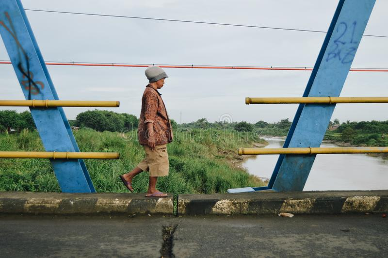 Caminhada na borda da ponte imagens de stock
