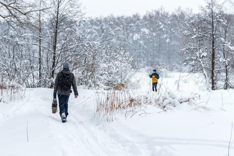 Caminhada na floresta do inverno foto de stock