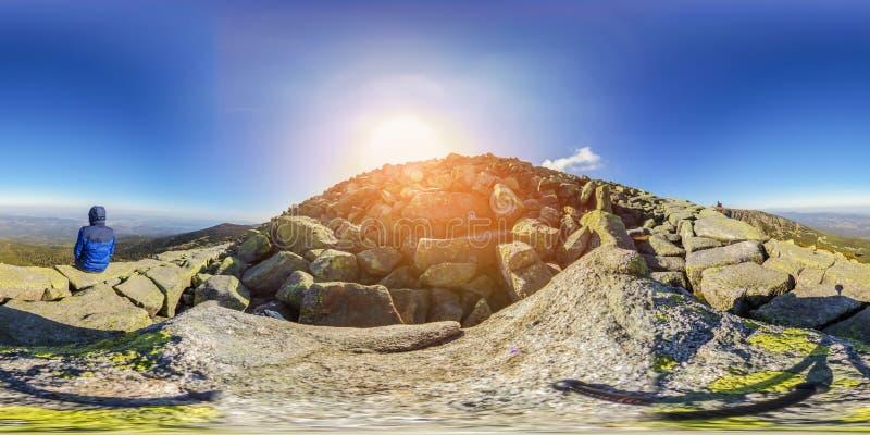 Caminhada na fuga de montanha - panorama da realidade virtual de 360 VR - Nat imagens de stock