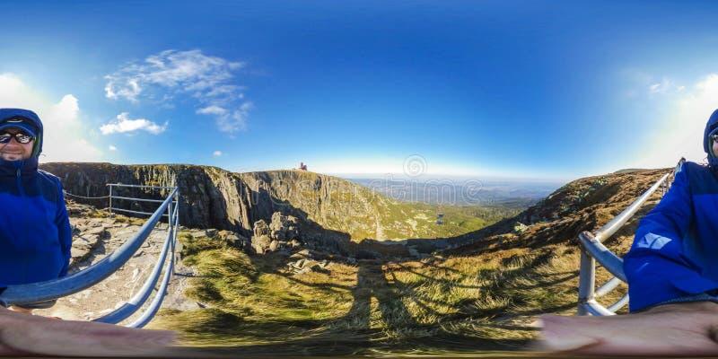Caminhada na fuga de montanha - panorama da realidade virtual de 360 VR - Nat fotografia de stock