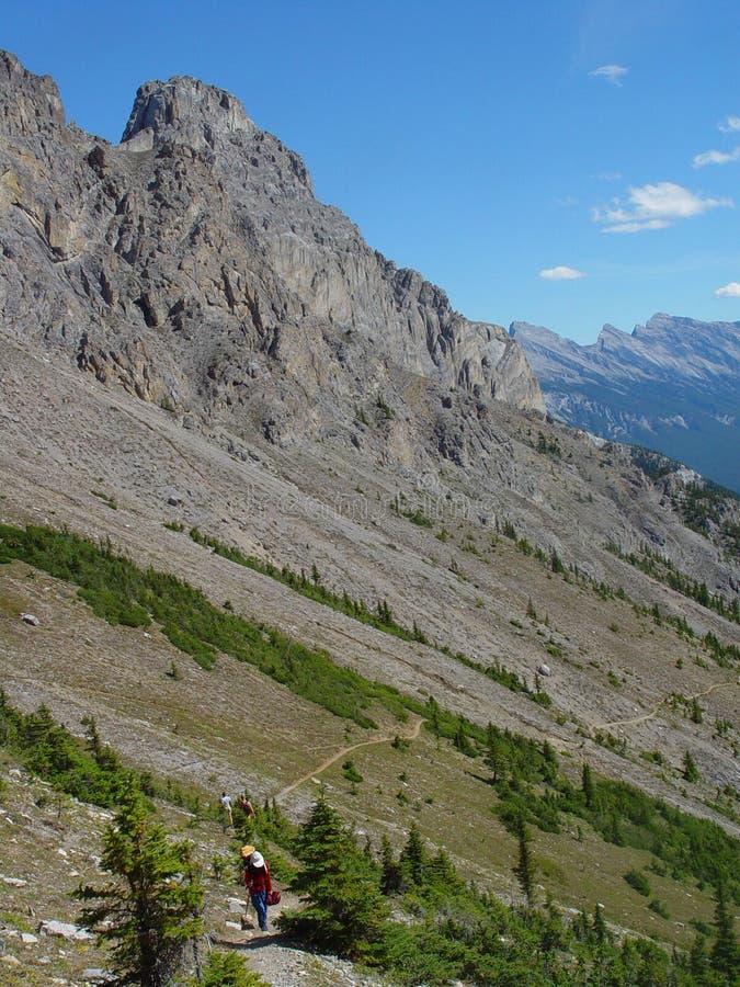 Caminhada nas montanhas imagens de stock royalty free