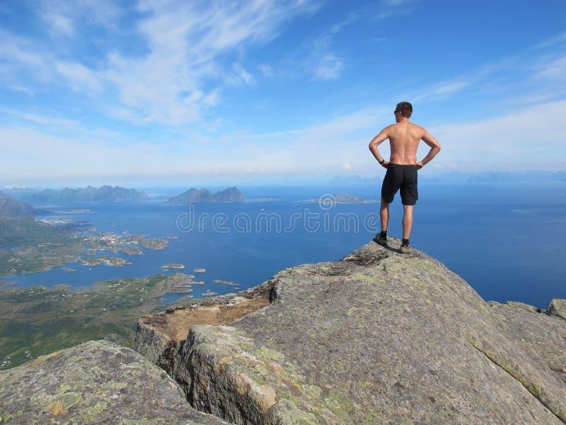 Caminhada nas montanhas de Lofoten Noruega foto de stock