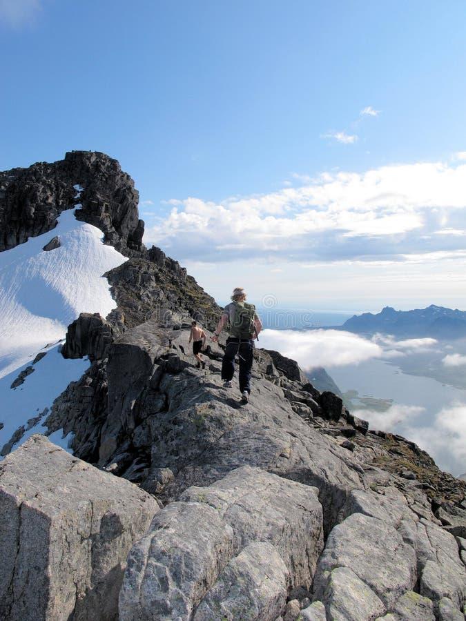 Caminhada nas montanhas de Lofoten Noruega foto de stock royalty free