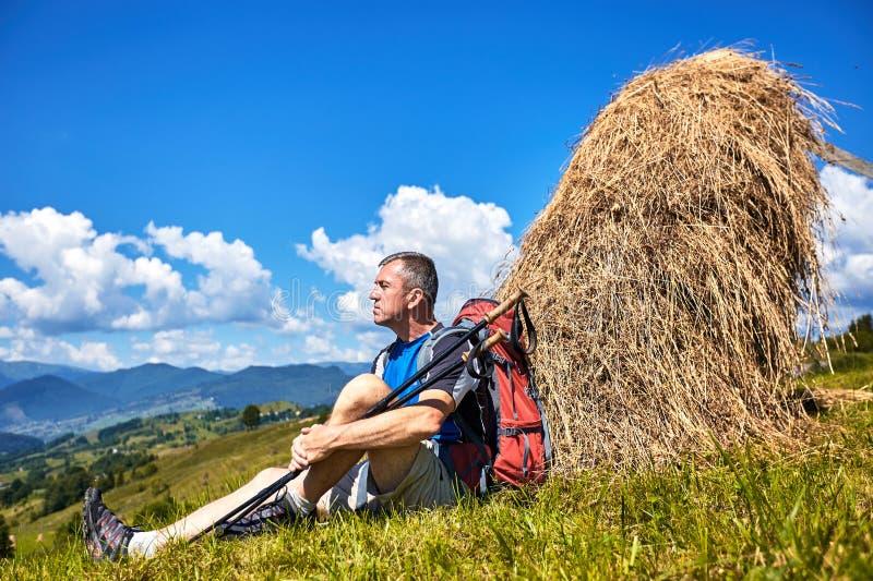 Caminhada nas montanhas no verão com uma trouxa foto de stock royalty free