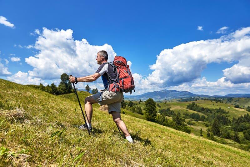 Caminhada nas montanhas no verão com uma trouxa foto de stock