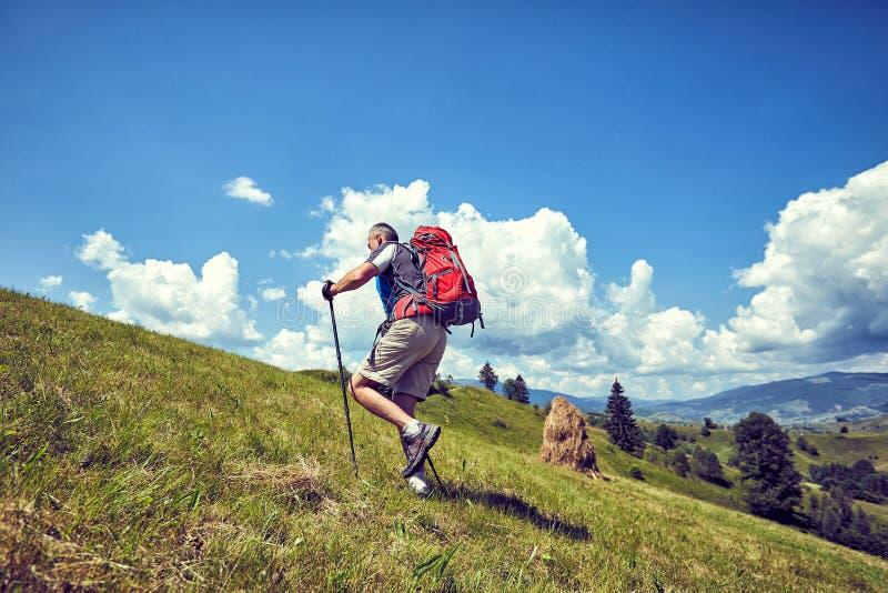 Caminhada nas montanhas no verão com uma trouxa imagens de stock