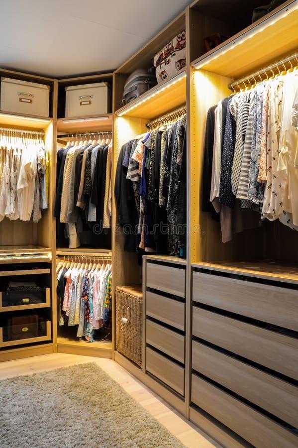 Caminhada no armário, vestuario fotografia de stock royalty free