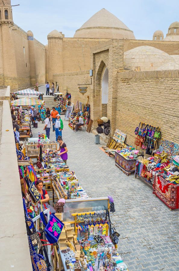 Caminhada no bazar imagem de stock