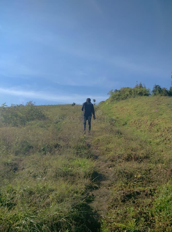 Caminhada no monte sem qualquer um que acompanha e sem sentido fotografia de stock