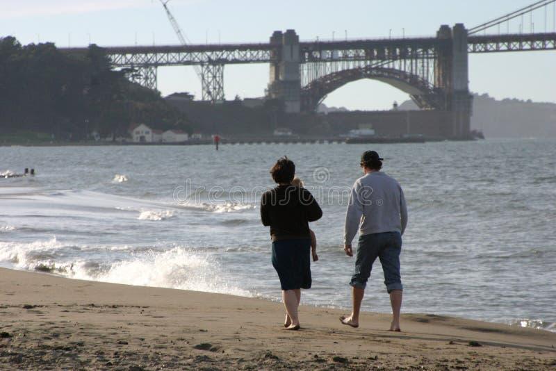 Caminhada nova da praia da família foto de stock royalty free