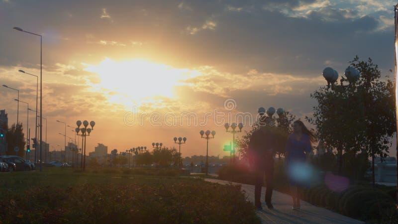 Caminhada nova dos pares durante o por do sol imagens de stock royalty free