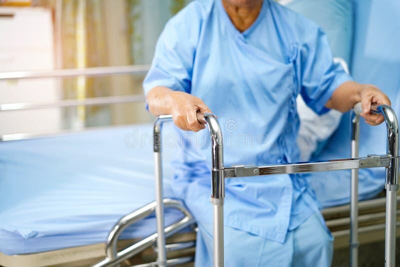 Caminhada paciente asi?tica da mulher superior ou idosa da senhora idosa com o caminhante na divis?o de hospital de nutri? fotografia de stock