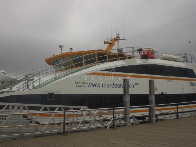 Caminhada para a espera e o embarque do navio para a viagem marítima fotos de stock