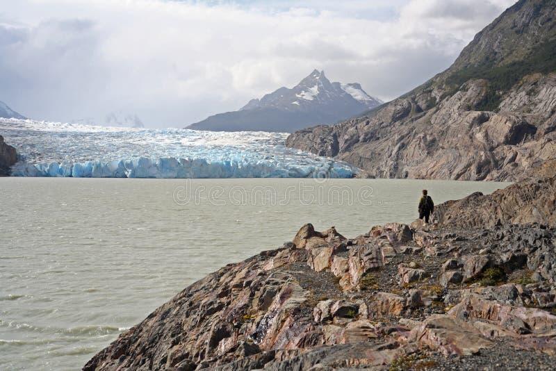 Caminhada perto do cinza da geleira fotografia de stock royalty free