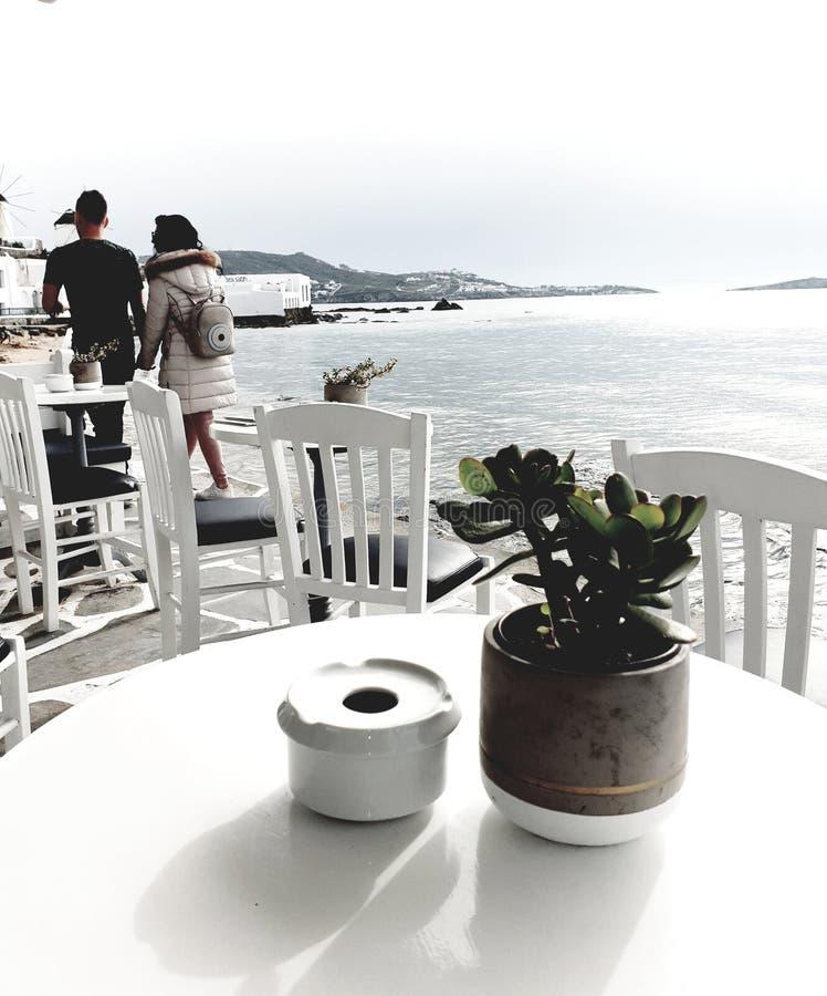 Caminhada romântica na parte dianteira da praia em Grécia imagens de stock royalty free