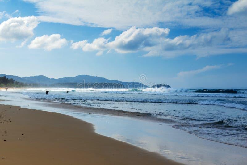 Caminhada sentimental ao longo da praia imagem de stock